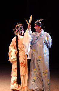 汪世瑜在舞台上表演