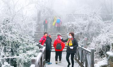 First snow attracts tourists to Hunan mountain
