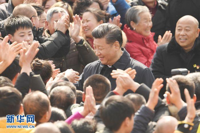 这是2月12日上午,习近平在成都市郫都区战旗村考察时同村民们亲切交流。