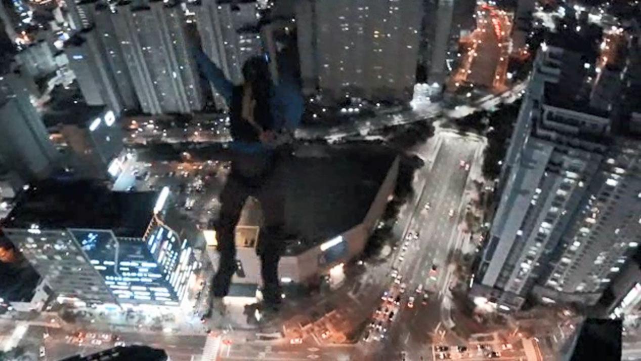 """两名俄罗斯人在韩国玩""""高楼跳伞"""" 被禁止出境"""