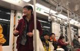 男子地铁车厢内公然抽烟拍视频,地铁公司:不好处罚