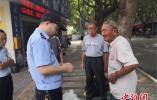 闹市区嘉兴民警为何故意用百元真钞换走假钞?