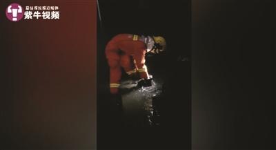 00后消防员一口气吃12个包子 奋战第一线只睡3小时