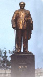 纪念馆内的任弼时铜像