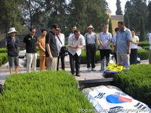 韩国游客在晋冀鲁豫烈士陵园谒陵