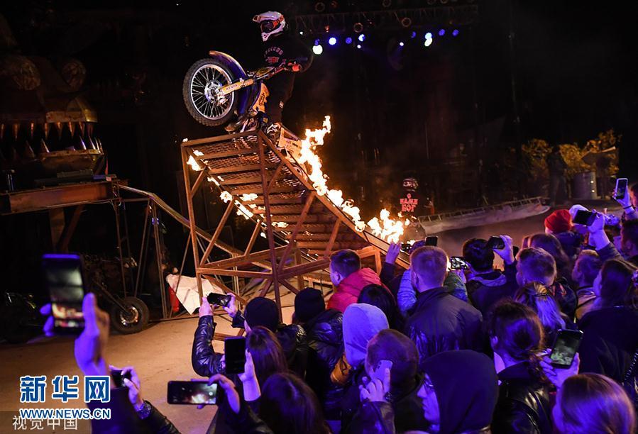 莫斯科:摩托车手炫酷秀车技