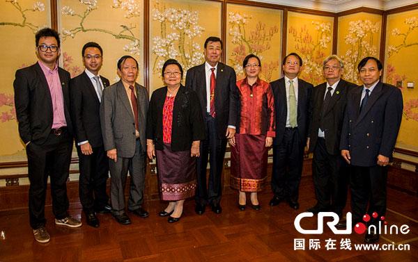 奔舍那家族成员与武韬会长(中)和老挝驻华大使(右三)合影