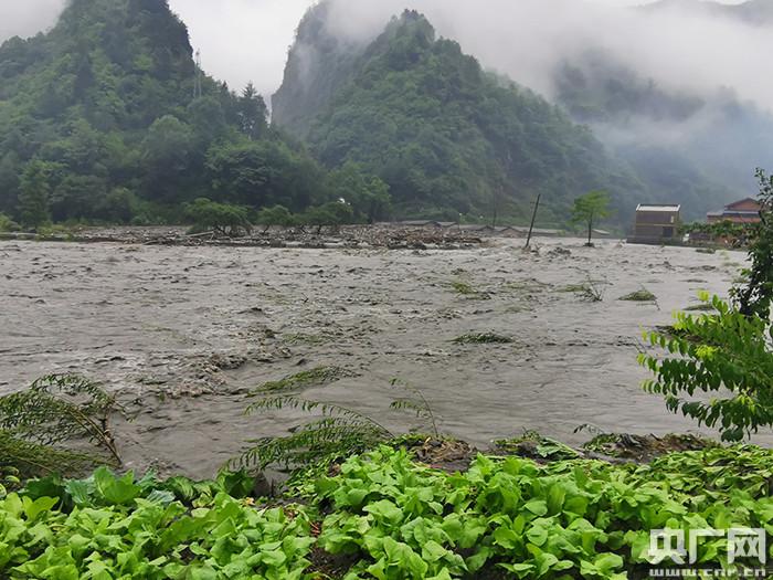 四川卧龙遭受暴雨泥石流 12400余名旅客滞留