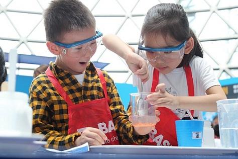 科技馆里体验小小化学家 探索垃圾分类背后的秘密