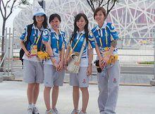 韦慧晓(左一)与其他志愿者合影