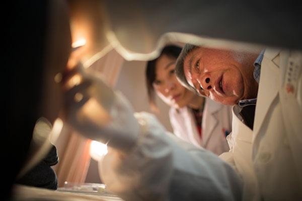 陆金根教授在给病人做检查