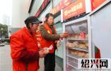 """面包牛奶温暖户外工作者 绍兴30余个""""爱心驿站""""亮相街头"""