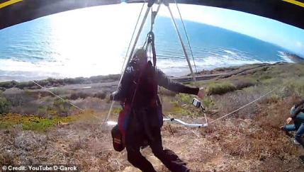 真敢玩!外国男子玩悬挂式滑翔机 安全带脱钩差点殒命