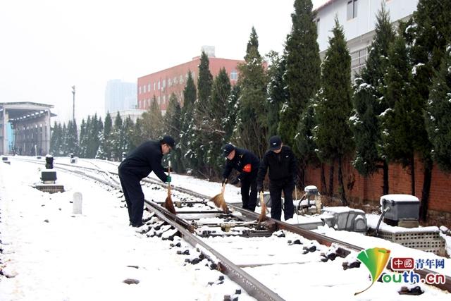 """""""以雪为令""""冰雪中整修列车,确保旅客平安返程"""