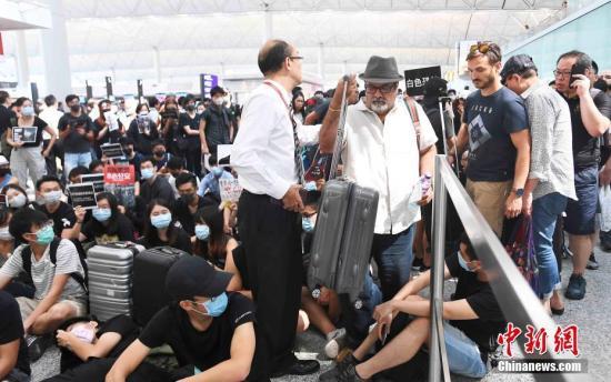 游客提心吊胆商户忧无生意 香港怎么会变成这样