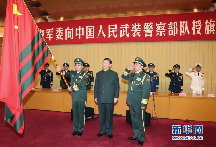 1月10日,中央军委向武警部队授旗仪式在北京八一大楼举行。中共中央总书记、国家主席、中央军委主席习近平向武警部队授旗并致训词。这是习近平向武警部队授旗。