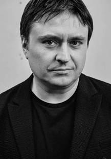 克里丝斯安·蒙吉于1968年4月出生在罗马尼亚的雅西。他的电影处女作《幸福在西方》(Occident/West)于2002年在戛纳电影节导演双周单元首映,该片深受罗马尼亚观众的喜爱。他的第二部电影作品