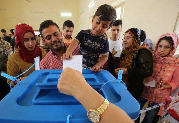 伊拉克库尔德人在2017年9月25日的独立公投中排队投票(法新社)
